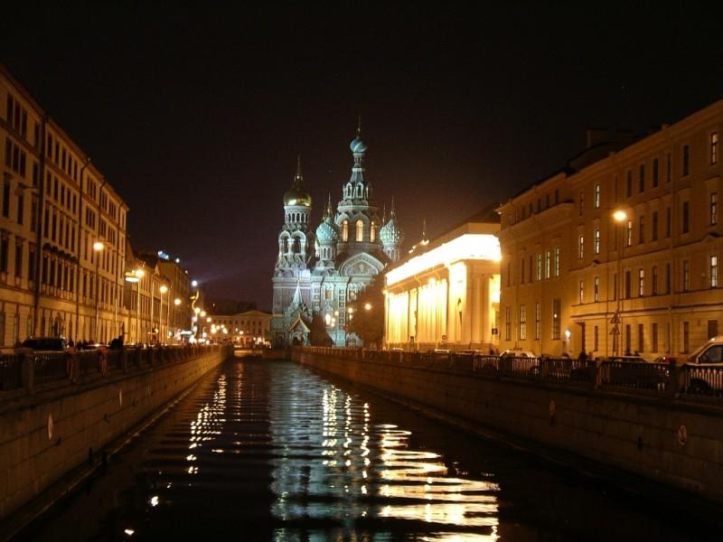 Ночной Санкт-Петербург. https://en.wikipedia.org