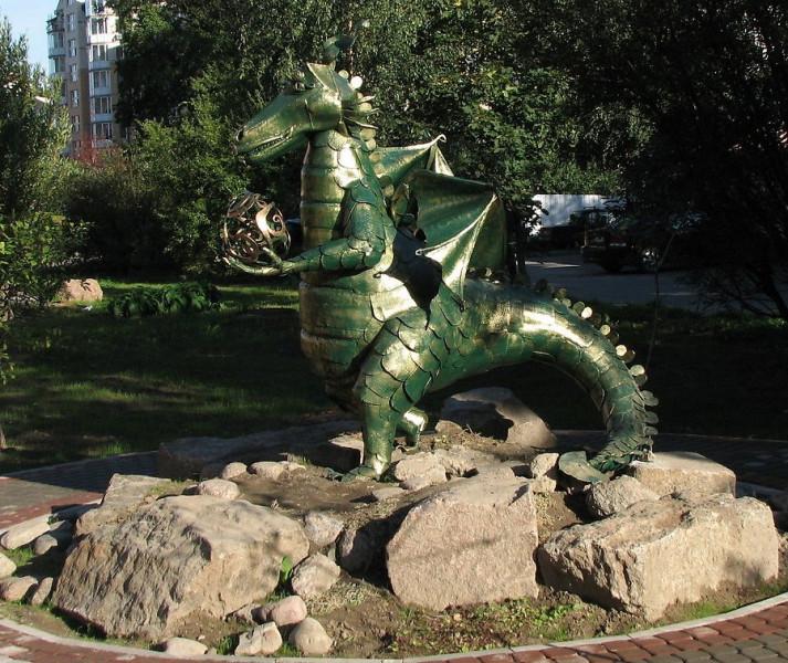 """Скульптура """"Драконша"""" на ул. Вербная. Фото: dm-tolstyh.livejournal.com"""