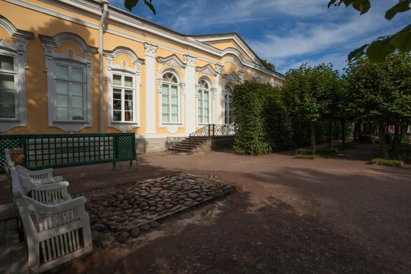 Екатерининский корпус у дворца Монплезир. Фото с официальной страницы музея
