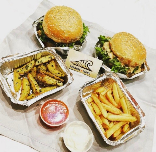 """Подача бургерв в кафе """"Wave"""". Фото с сайта оф.группы в вк: https://vk.com/wave_burgers"""