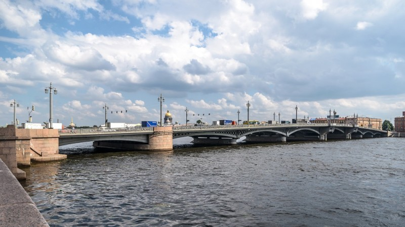 Благовещенский мост соединяет между собой Васильевский и 2-й Адмиралтейский острова. Автор: Alex 'Florstein' Fedorov, CC BY-SA 4.0, https://commons.wikimedia.org/w/index.php?curid=34107164