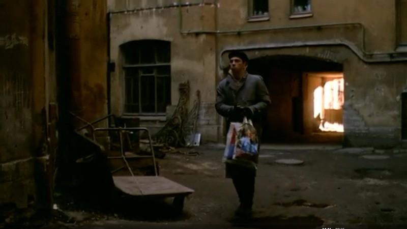 Застрелив Чечена, Багров убегает от преследователей через проходной двор-колодец между Тучковым и Волховским переулками