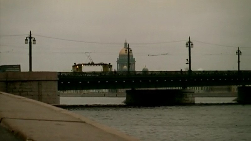 Трамвай следует на другой берег через Благовещенский мост. На заднем фоне — купол Исаакиевского собора