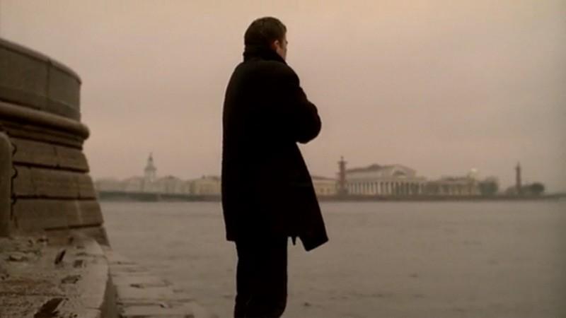 Главный герой прощается с городом, стоя у самой кромки воды напротив стрелки Васильевского острова.