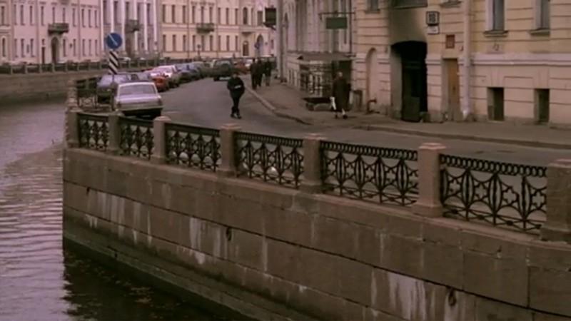 Главный герой идёт по набережной реки Мойки рядом с музеем-квартирой Пушкина