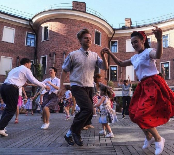 """Танцы на сцене во дворе """"Бутылки"""" на Новой Голландии"""