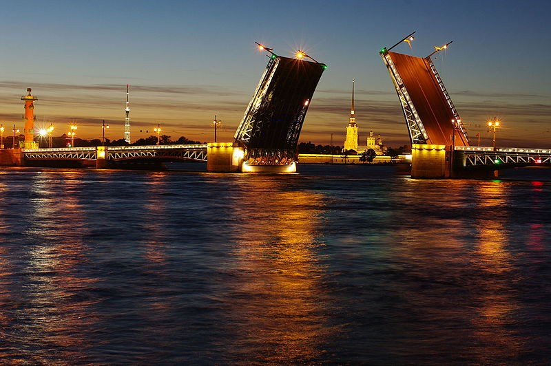 Дворцовый мост ночью, источник фото: Wikimedia Commons, Автор: Romanrrromanrr
