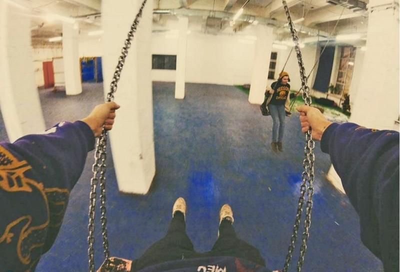Качели в пространстве Синий Пол. Фото: instagram.com/seeyouinsea