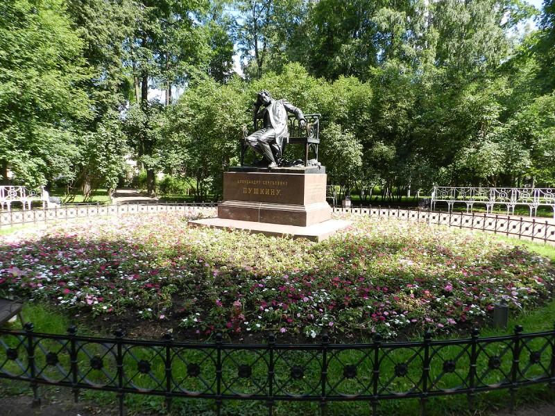 Центральная площадка сада - памятник Пушкину-лицеисту Р. Р. Баха, источник фото: Wikimedia Commons, Автор: Ольга Рыкованова