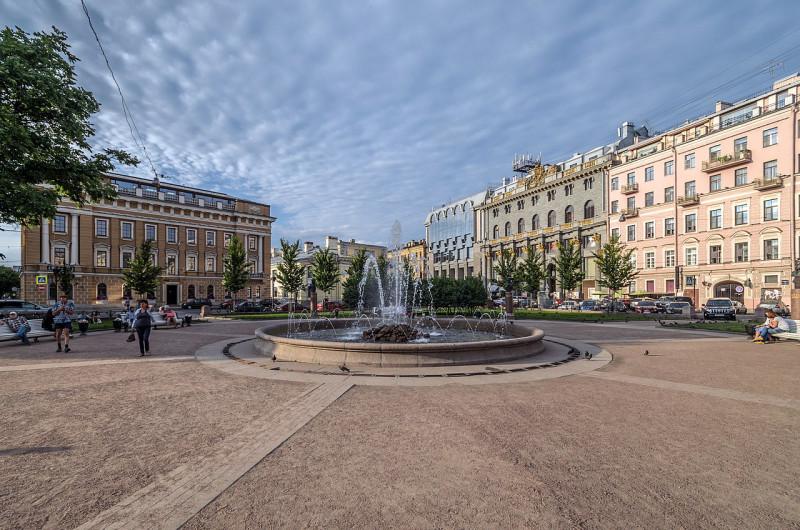 Манежная площадь с Ново-Манежным сквером в Санкт-Петербурге. Фото: Florstein (WikiPhotoSpace)