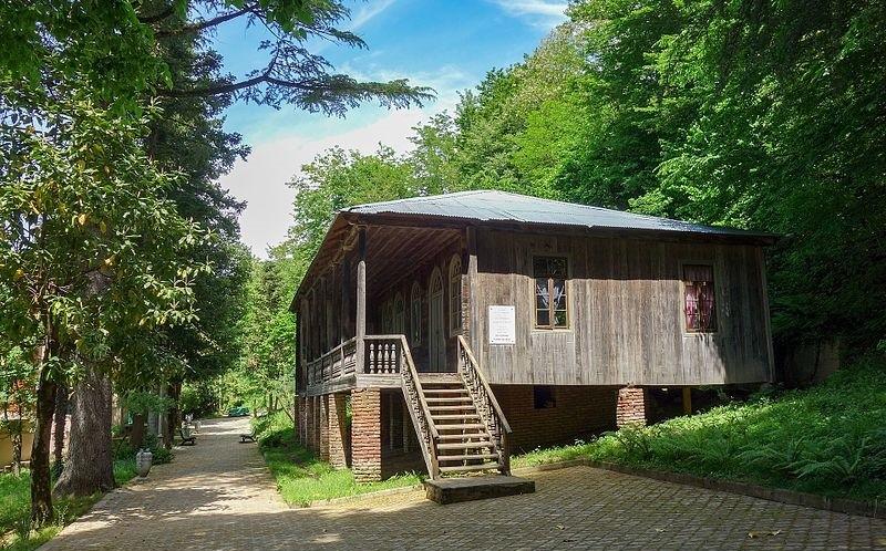 Дом, где родился Маяковский. Автор фото: Yasuhiro Kojima (Wikimedia Commons)