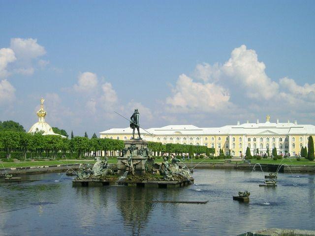 Фонтан «Нептун». Автор: Sergey Nemanov. Фото взято с Википедии
