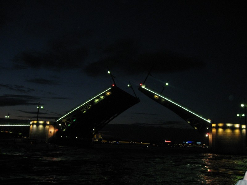 Развод моста в Санкт-Петербурге