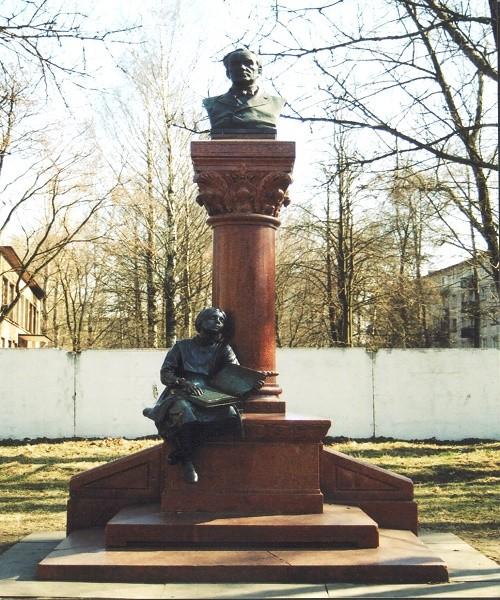 Памятник К. К. Гроту. Автор фото: О. Ю. Смирнов (Wikimedia Commons)