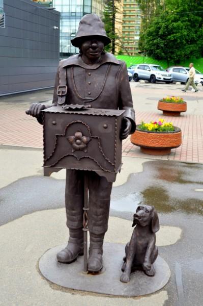 Памятник шарманщику