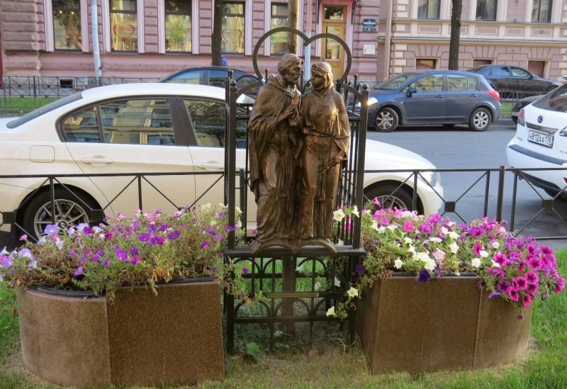 Памятник Петру и Февронии в Петербурге. Автор фото: lj kavery