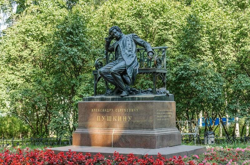 Памятник А. С. Пушкину-лицеисту в Лицейском саду. Автор фото: Florstein (WikiPhotoSpace)