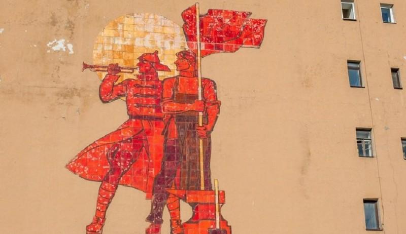 """Панно """"Рабочий и красноармеец"""" на Приморском проспекте"""