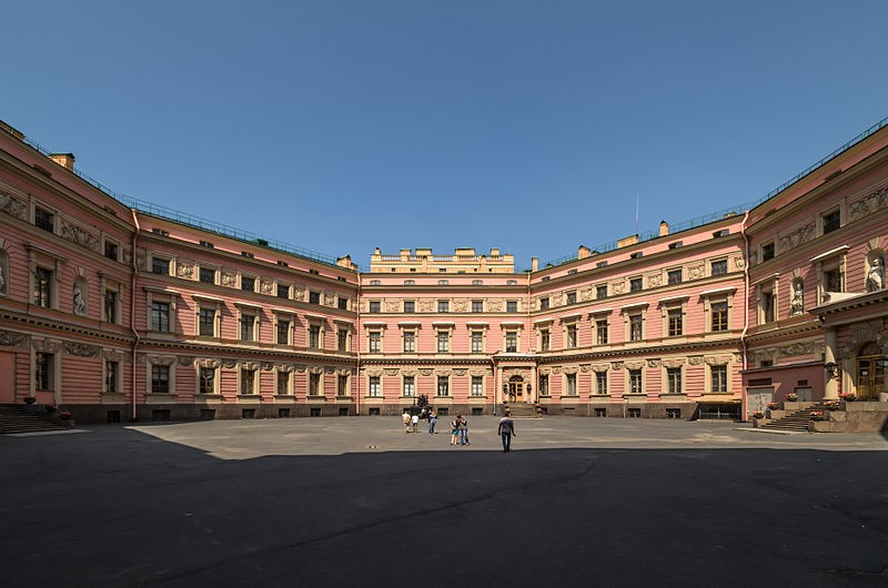 Двор Михайловского замка, источник фото: Wikimedia Commons, Автор: Anton Florstein (WikiPhotoSpace)