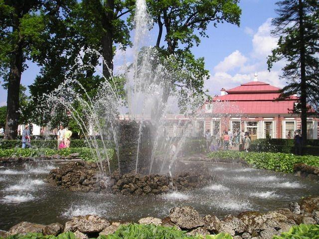 """Фонтан """"Сноп"""" в Монплезирском саду. Автор фото: Sergey Nemanov. Взято с Википедии"""