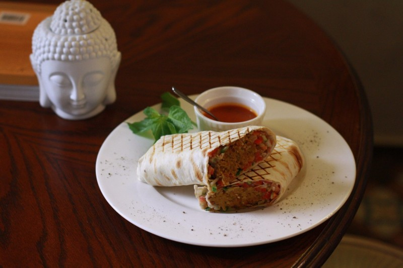 Сочный фалафель с соусом тахини в пшеничной лепешке, подается с томатным соусом, источник фото: https://vk.com/la_belle_verte, Автор: Олеся Ильина
