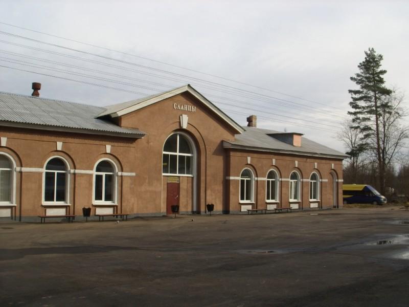 Железнодорожный вокзал в Сланцах. Фото: Никич (Wikimedia Commons)