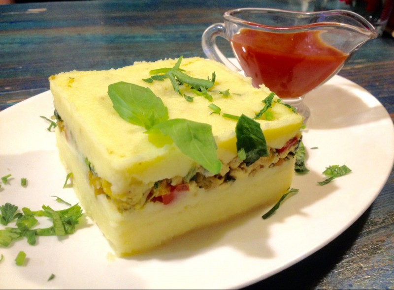 Ауровилльская картофельная запеканка с соусом, источник фото: https://vk.com/aurocafe