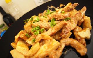 Бефстроганов с картофелем. Фото: Pittaya Sroilong