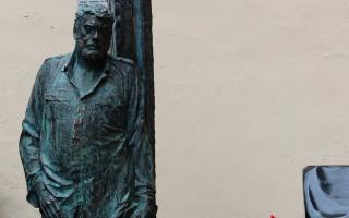 Памятник писателю Сергею Довлатову в Петербурге. Фото: abnews.ru