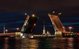 Дворцовый мост через Большую Неву в Санкт-Петербурге. Фото: Eugenii