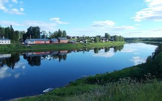Берег реки Сясь в Колчаново. Фото: Uz1awa