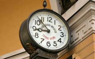 Часы Менделеева — элемент декора арки Главного штаба. Фото: Panther (Wikimedia Commons)