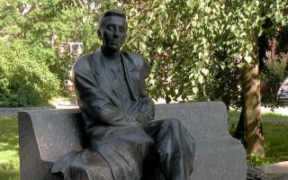 Памятник писателю Михаилу Зощенко у библиотеки Сестрорецка.\Фото: Vitold Muratov (Wikimedia Commons)