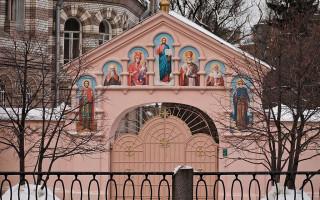 Ворота Свято-Иоанновского ставропигиального женского монастыря. Фото: Andrew Zorin (Wikimedia Commons)