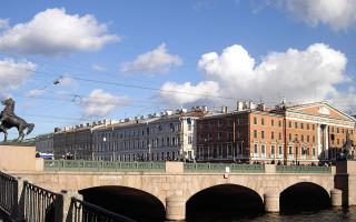 Современный вид на здание Куйбышевского райсовета в городской застройке, 2009 г. Фото: Potekhin (Wikimedia Commons)
