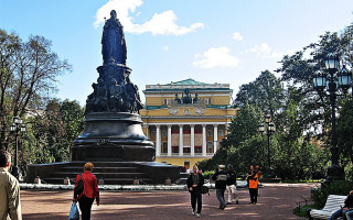 Памятник Екатерине Великой в Санкт-Петербурге. Фото: Massimilianogalardi