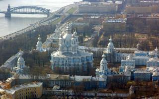 Ансамбль Смольного монастыря с борта вертолёта. Фото: Иерей Максим Массалитин (Wikimedia Commons)