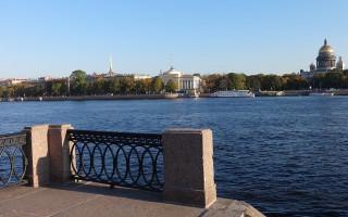 Университетская набережная. Фото: Надежда Пивоварова (Wikimedia Commons)
