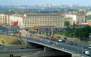 Вид на левый берег Невы и трамвайную эстакаду Володарского моста. Фото: Zapro100 (Wikimedia Commons)