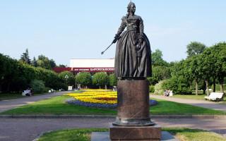 Скульптура Екатерины II на Пушкинской улице г. Пушкина. Фото: tsarselo.ru