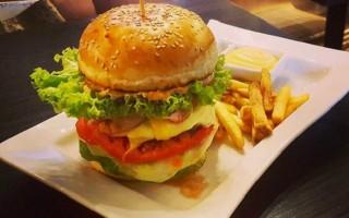 """Бургер из кафе """"Wave"""". Фото с instagram заведения."""