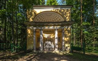Памятник Родителям в Павловском парке. Автор: Florstein, Wikimedia Commons