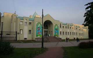 Ленинградский зоопарк в Санкт-Петербурге. Входной павильон. Автор: A.Savin, Wikimedia Commons
