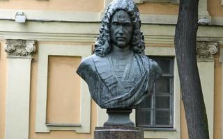 Бюст во дворе. Автор: Anton tarkhov, Википедия