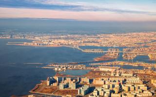 Вид с воздуха на Санкт-Петербург, дельту Невы и Финский залив
