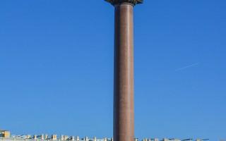 Александровская колонна на Дворцовой площади. Автор фото: Антон Шестаков (Wikimedia Commons)