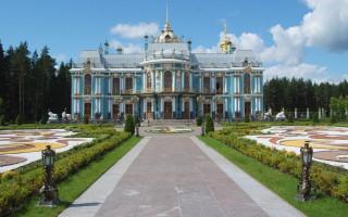 Вид на главное здание с причала. Вырица. Фото: KulikovaTV (Wikimedia Commons)