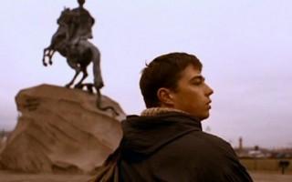 """Экскурсия по местам съемок фильма """"Брат"""". Кадр из фильма: главный герой около """"Медного всадника"""""""
