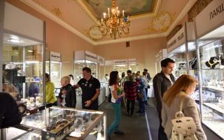 Экспозиция антикварных украшений и часов на выставке современного ювелирного искусства «Сокровища Петербурга»