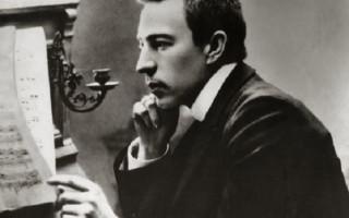 """С. В. Рахманинов у рояля, начало 1900-х годов, ему ~27 лет. Фото: """"Википедия"""""""